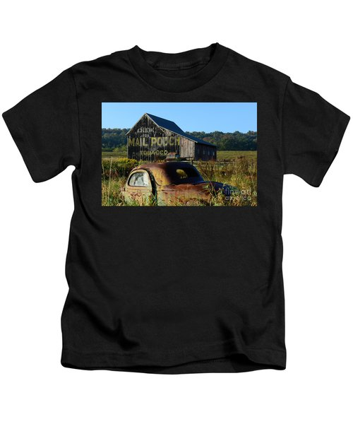 Mail Pouch Barn And Old Cars Kids T-Shirt