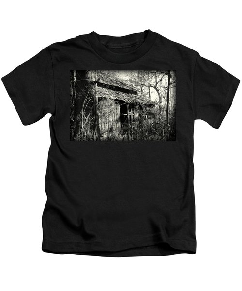 Old Barn In Black And White Kids T-Shirt