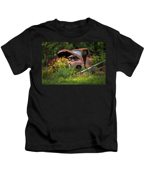 Rusty Truck Flower Bed - Charming Rustic Country Kids T-Shirt