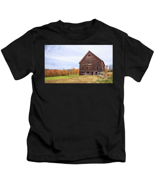 An Old Wooden Barn In Vermont. Kids T-Shirt