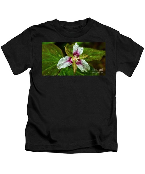 Painted Trillium With Raindrops Kids T-Shirt