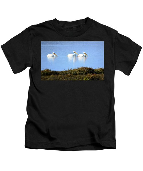 Tres Pelicanos Blancos Kids T-Shirt