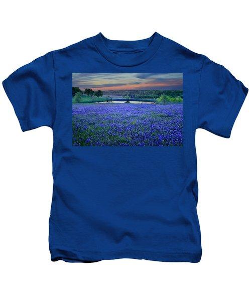 Bluebonnet Lake Vista Texas Sunset - Wildflowers Landscape Flowers Pond Kids T-Shirt