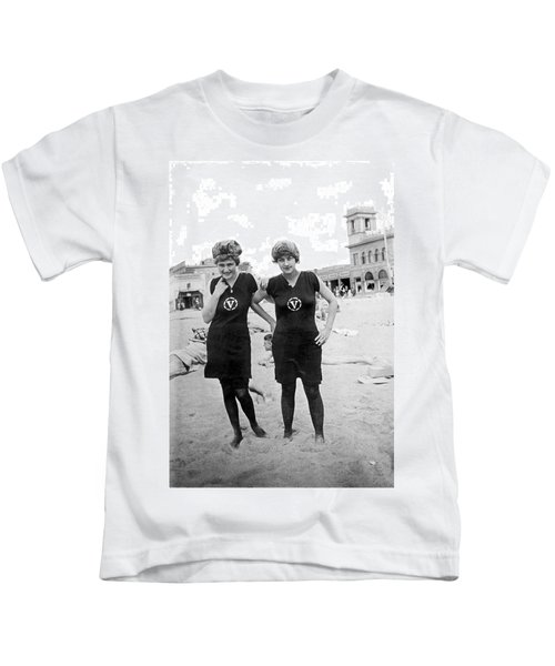 Two Girls At Venice Beach Kids T-Shirt by Underwood Archives