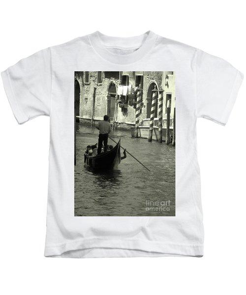 Gondolier In Venice   Kids T-Shirt