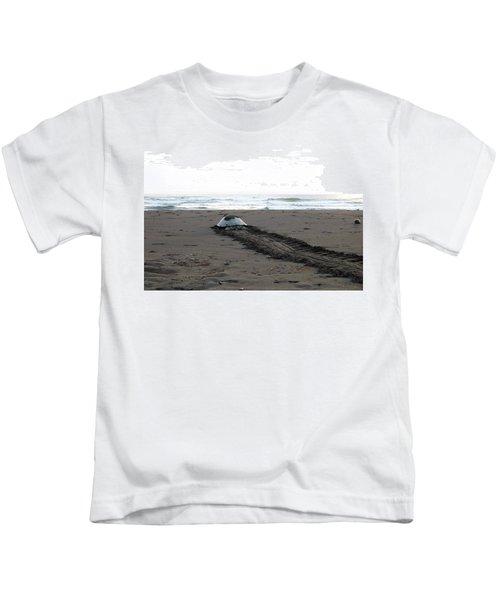 Green Sea Turtle Returning To Sea Kids T-Shirt
