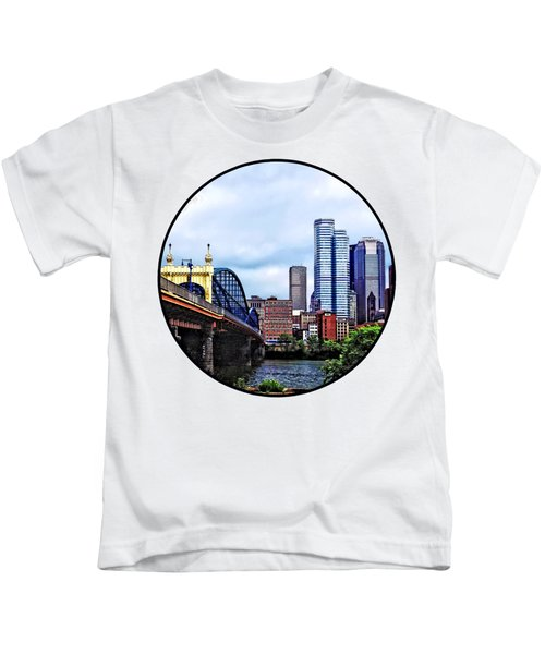 Pittsburgh Pa - Pittsburgh Skyline By Smithfield Street Bridge Kids T-Shirt