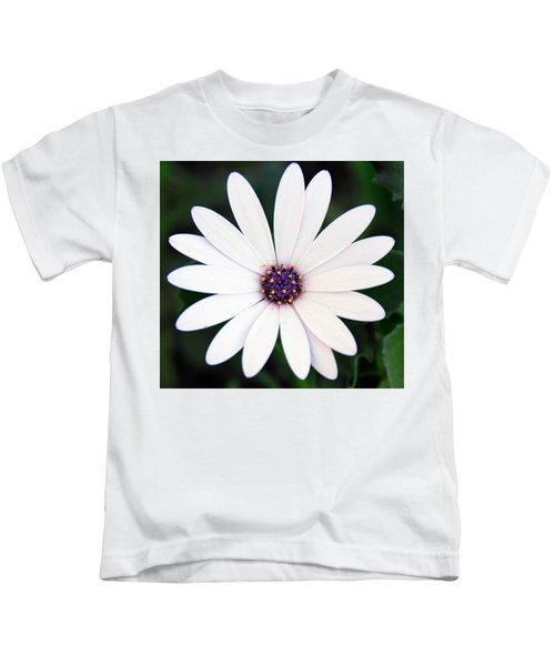 Single White Daisy Macro Kids T-Shirt