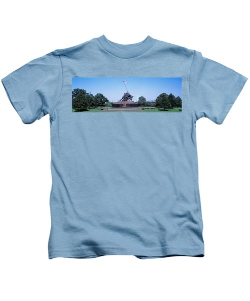 War Memorial With Washington Monument Kids T-Shirt by Panoramic Images