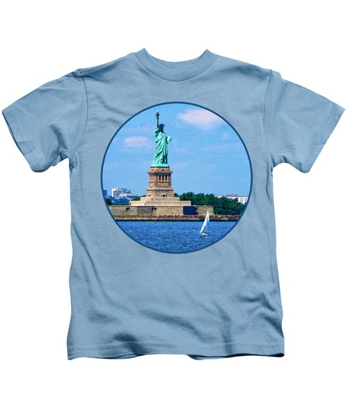 Manhattan - Sailboat By Statue Of Liberty Kids T-Shirt