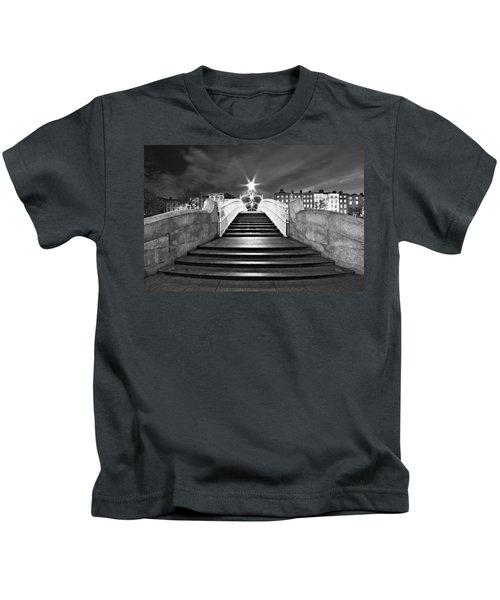 Ha'penny Bridge Steps At Night - Dublin - Black And White Kids T-Shirt