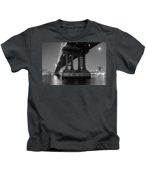 Black And White - Manhattan Bridge At Night Kids T-Shirt