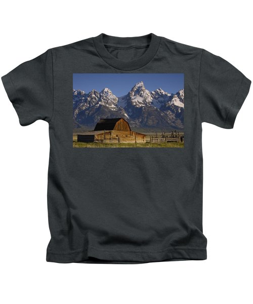 Cunningham Cabin In Front Of Grand Kids T-Shirt