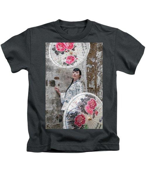 Lady With An Umbrella. Kids T-Shirt