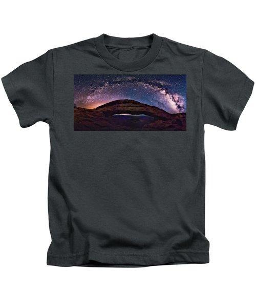 Night Sky Over Mesa Arch Utah Kids T-Shirt
