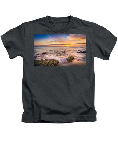 Splashing Waves. Kids T-Shirt