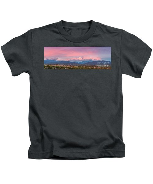 Twilight Panorama Of Sangre De Cristo Mountains And Santa Fe - New Mexico Land Of Enchantment Kids T-Shirt