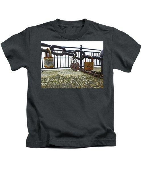 Liverpool. The Albert Dock. Eternal Love. Kids T-Shirt