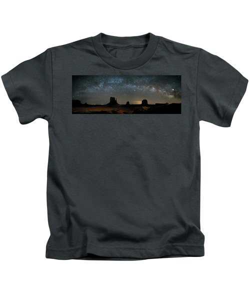 Milky Way Over Monument Valley Kids T-Shirt