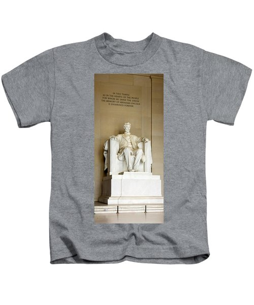 Abraham Lincolns Statue In A Memorial Kids T-Shirt