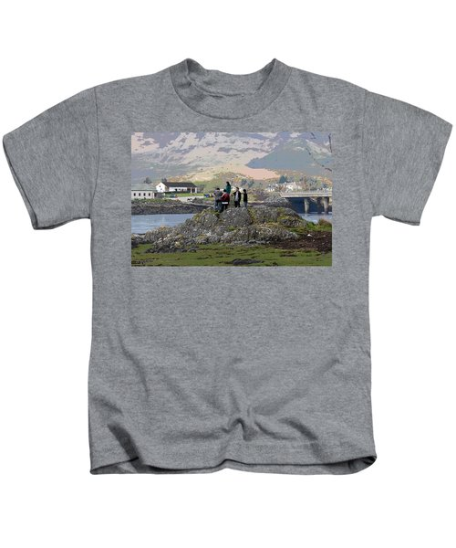 Cartoon - Tourists Trying To Get A Vantage View Of The Eilean Doonan Castle In Scotland Kids T-Shirt