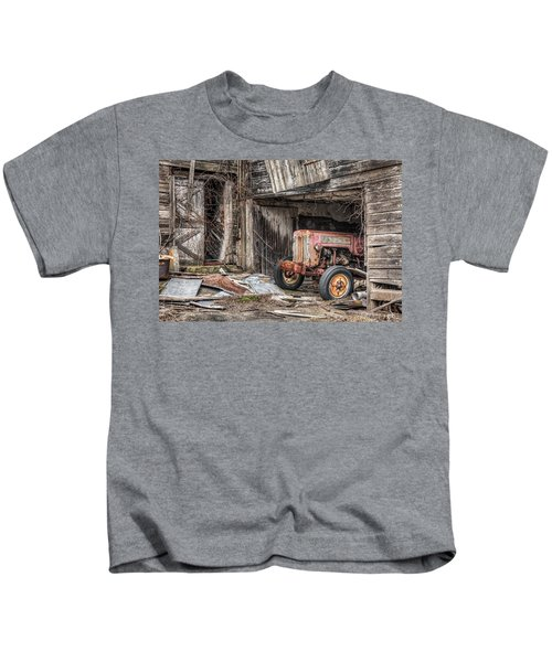 Comfortable Chaos - Old Tractor At Rest - Agricultural Machinary - Old Barn Kids T-Shirt