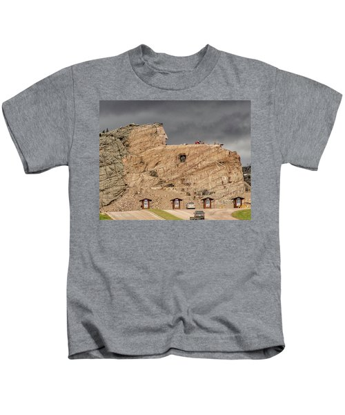 ...entrance Crazy Horse Memorial South Dakota.... Kids T-Shirt