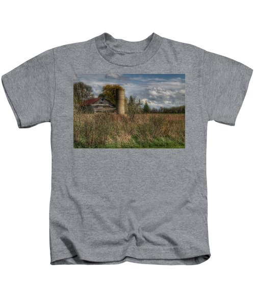 0034 - Old Wooden Barn And Silo Kids T-Shirt