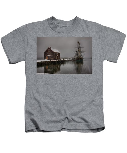 Silently The Snow Falls. Kids T-Shirt