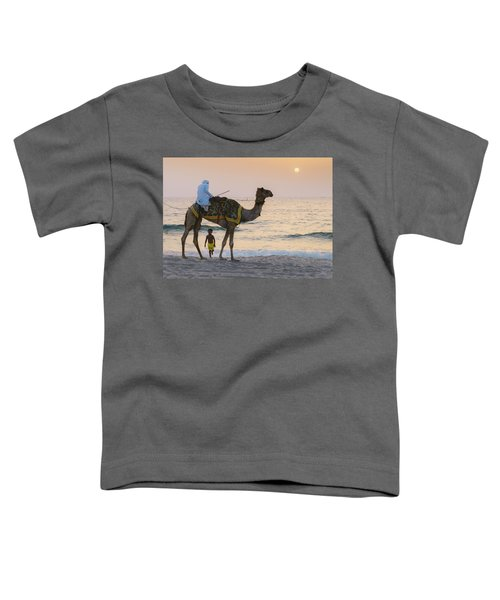 Little Boy Stares In Amazement At A Camel Riding On Marina Beach In Dubai, United Arab Emirates -  Toddler T-Shirt