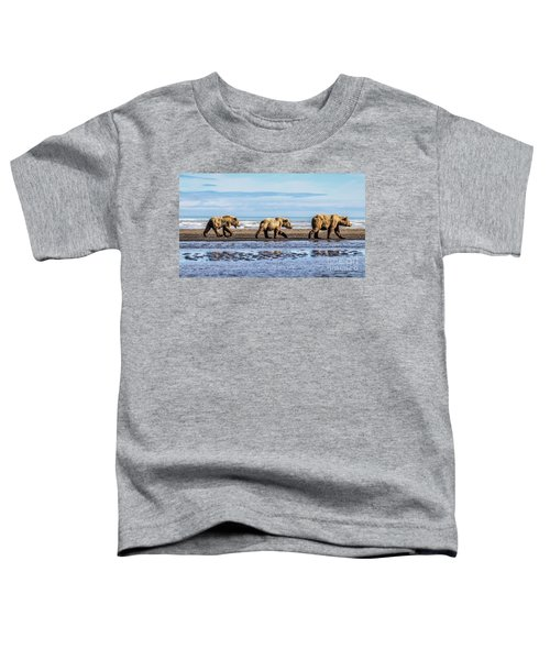 Mama Bear And Her Two Cubs On The Beach. Toddler T-Shirt
