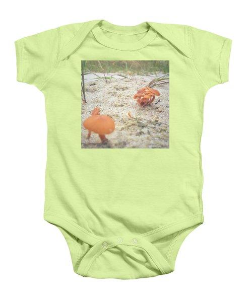 Auf Pilzjagd.  #pilze #sandboden Baby Onesie