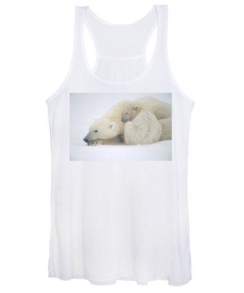 Mother Polar Bear & Cub Huddle In Snow Women's Tank Top