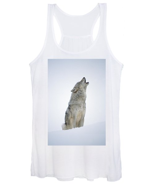Timber Wolf Portrait Howling In Snow Women's Tank Top