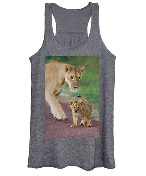 Close-up Of A Lioness And Her Cub Women's Tank Top