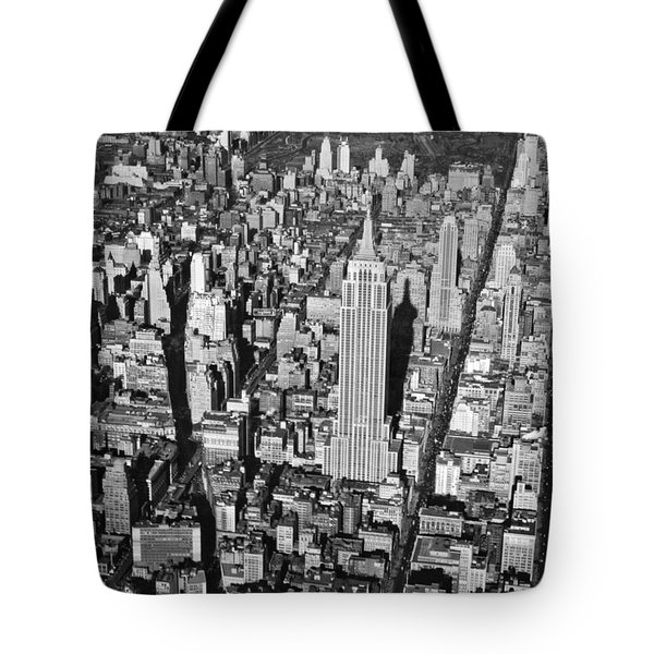 1934 Aerial View Of Manhattan Tote Bag by Underwood Archives