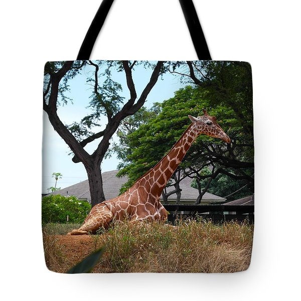 A Giraffe Rests In Honolulu Tote Bag