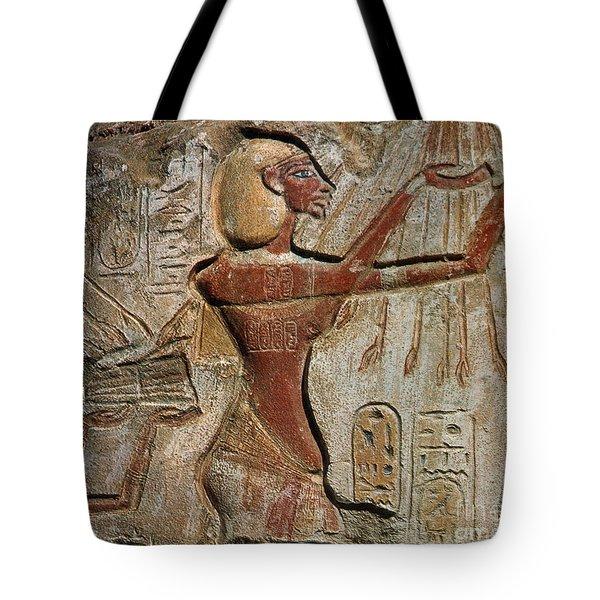 Akhenaten, New Kingdom Egyptian Pharaoh Tote Bag by Science Source