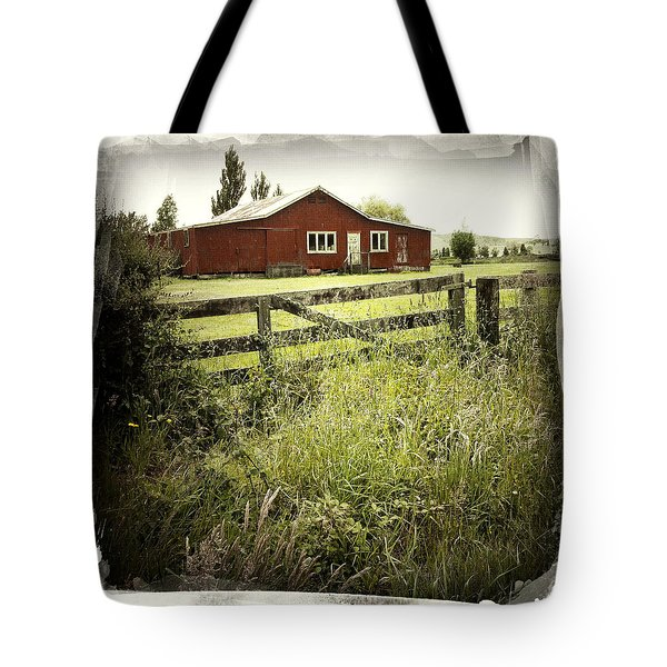 Barn In Field Tote Bag by Les Cunliffe