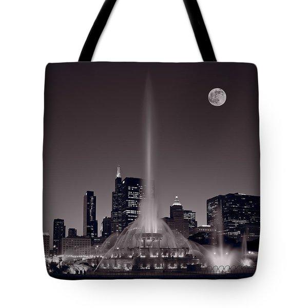 Buckingham Fountain Nightlight Chicago Bw Tote Bag
