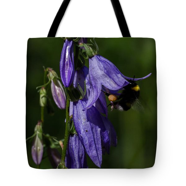 Bumblbee At Work Tote Bag by Leif Sohlman