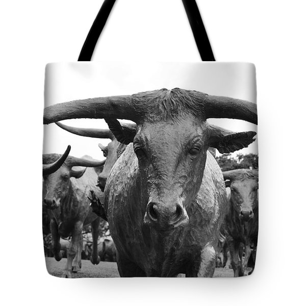 Dallas Texas Pioneer Plaza Longhorn Cattle Drive Bronze Sculpture Black And White Tote Bag by Shawn O'Brien