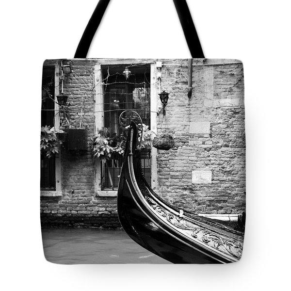 Gondola In Venice Bw Tote Bag