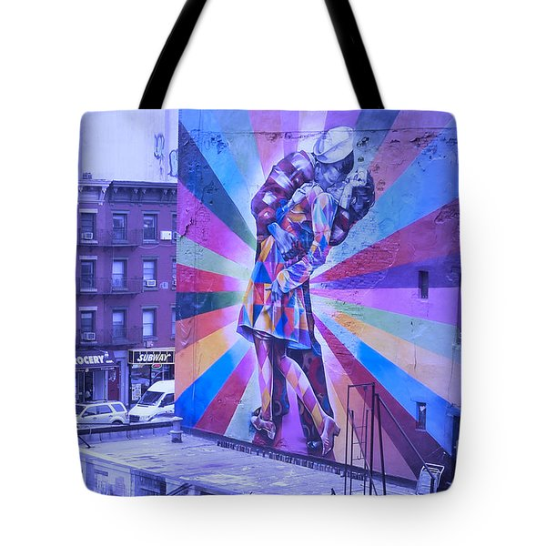 Kissing In Nyc Tote Bag