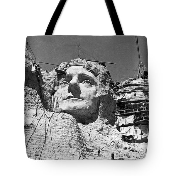 Mount Rushmore In South Dakota Tote Bag by Underwood Archives