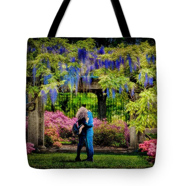 New York Lovers In Springtime Tote Bag by Chris Lord