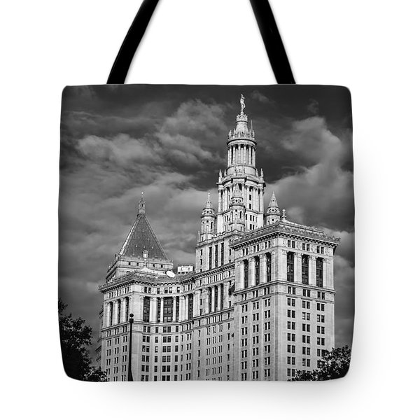 New York Municipal Building - Black And White Tote Bag