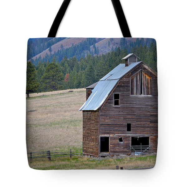 Old Barn In Washington Tote Bag