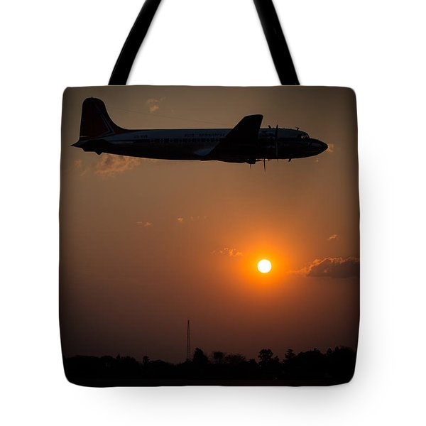 Tote Bag featuring the photograph Skymaster Sunset by Paul Job