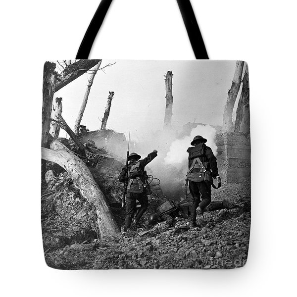 Wwi American Soldiers  Tote Bag by Photo Researchers